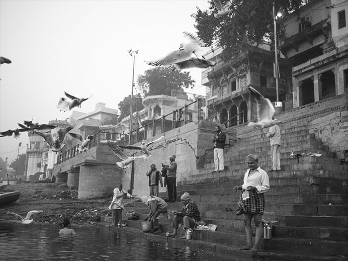 ci si lava sui Ghat nelle acque sporche del Gange