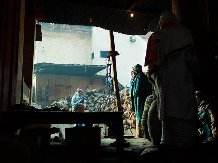 venditori di legna a varanasi