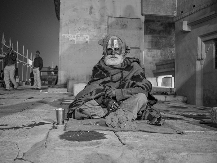 reportage Varanasi - Sadhu santone indiano foto black and white