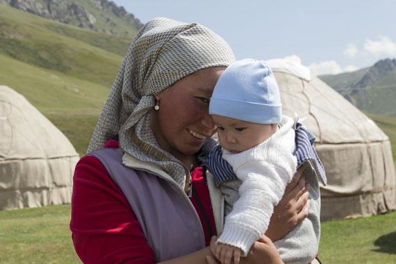 portrait Tajikistan - mamma e figlio vicino il caravanserraglio Tash Rabat