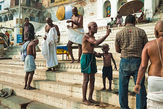 i parenti delle vittime rasano i capelli - Reportage Varanasi