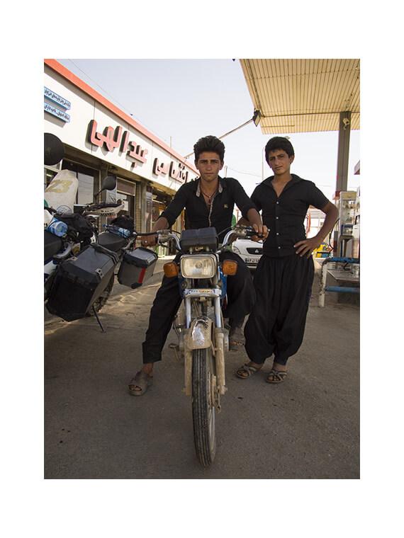 ragazzi iraniani vicino Kerman