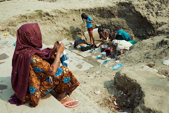 Reportage Varanasi - si lavano i vestiti vicino la riva